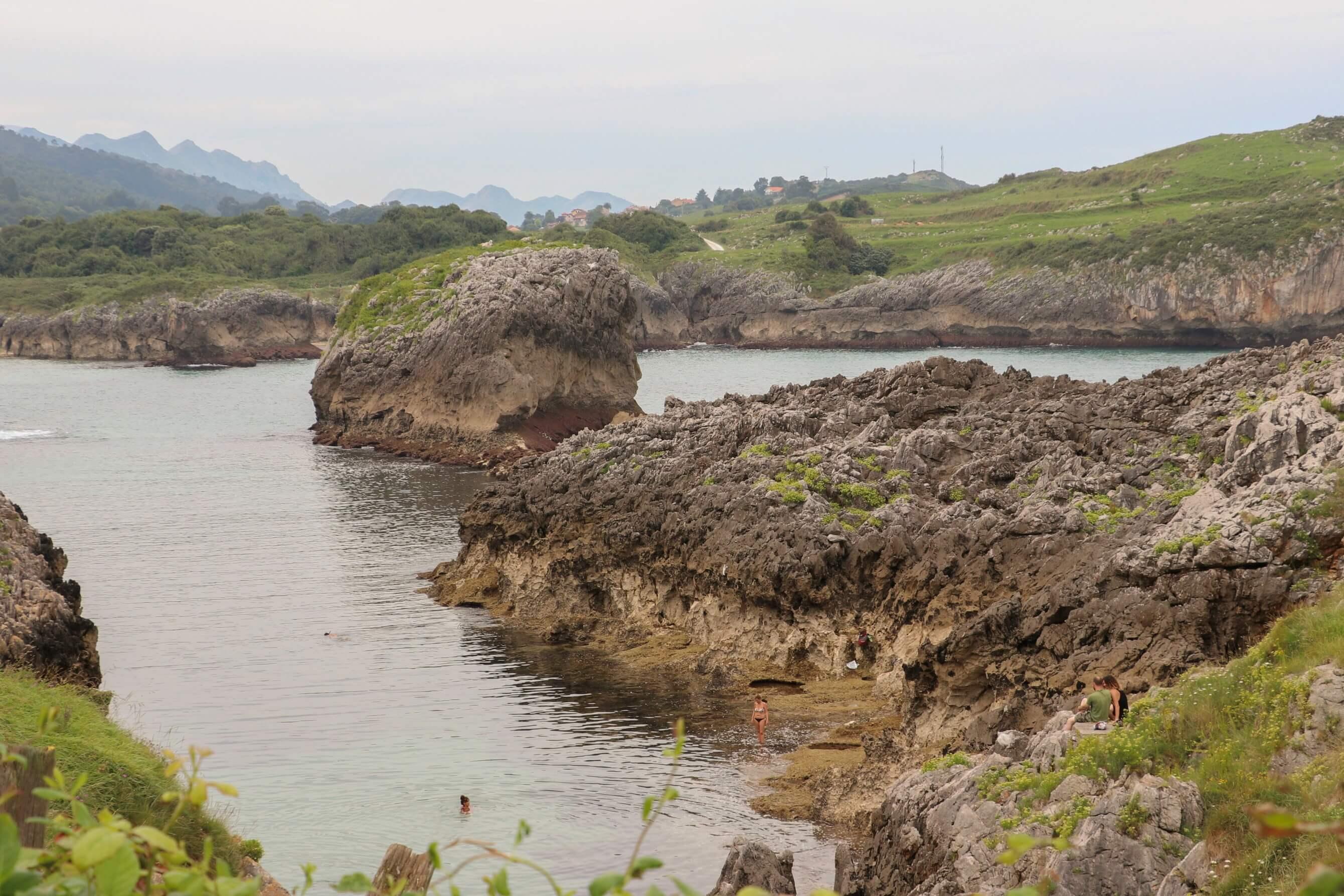 Piscina natural de agua turquesa de mar cantabrico
