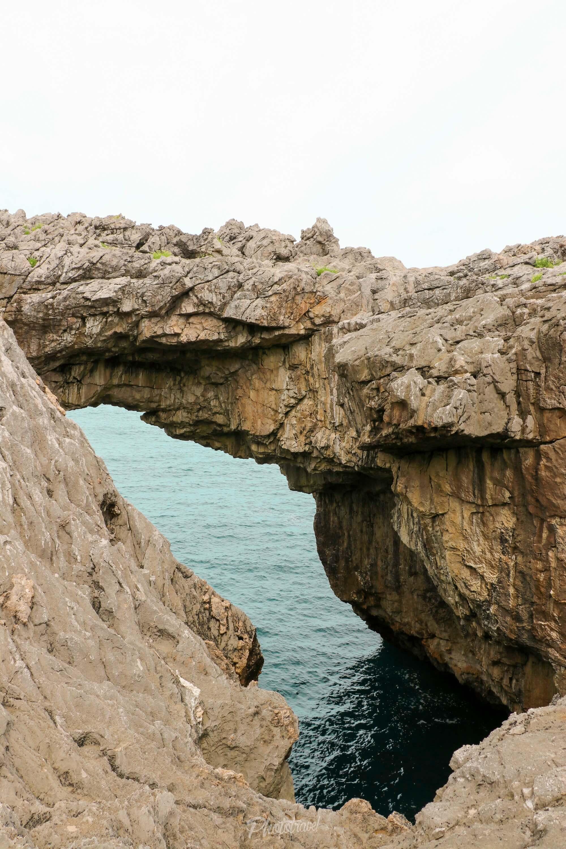 El puente y la entrada a la cueva de Cobijeru, Asturias