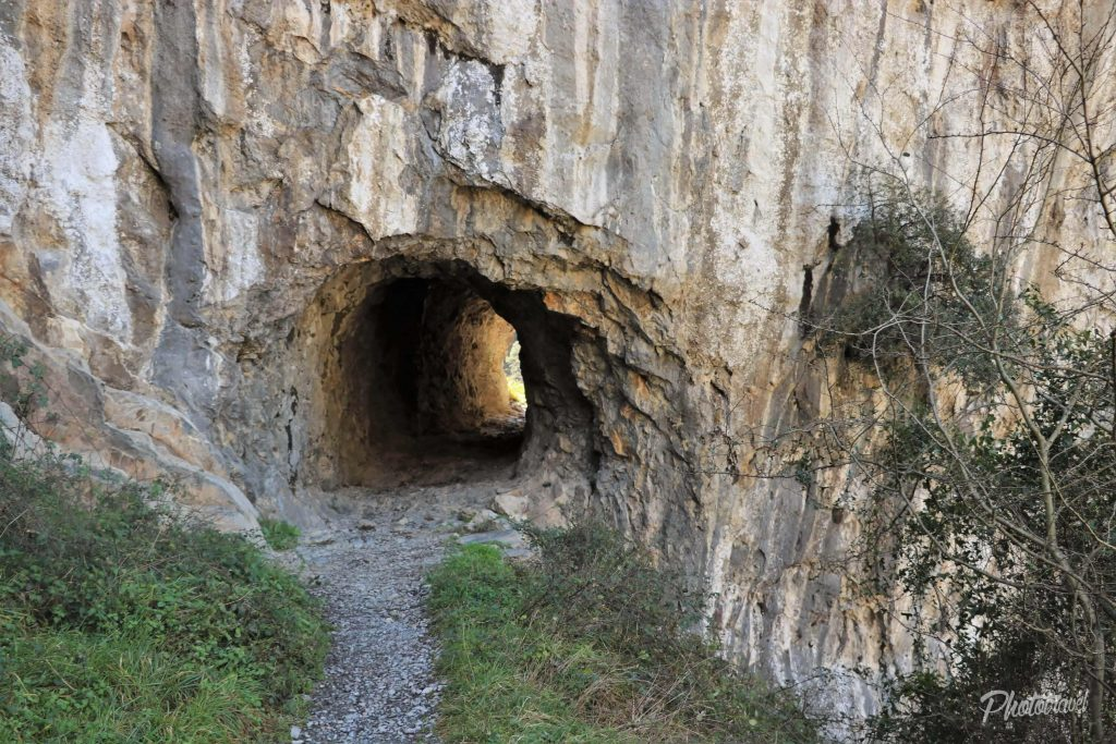 Unos de los tuneles en Las Xanas - Senderismo