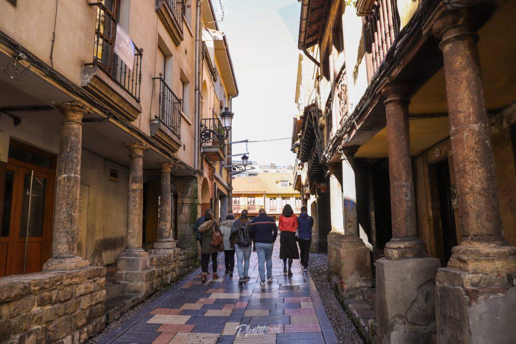 Socios de Asturias Travel Bloggers paseando por Avilés