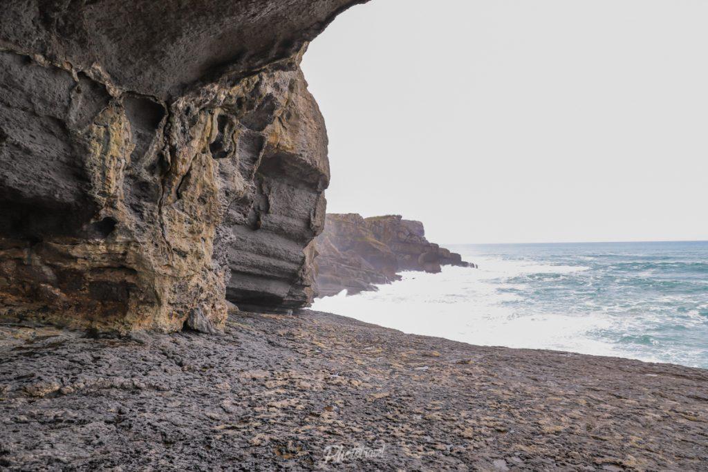 cueva de la Ojerada mirando al mar